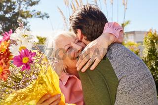 Mutter bedankt sich für die Blumen zum Muttertag