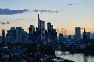 Stadt Frankfurt am Main Skyline in der Dämmerung