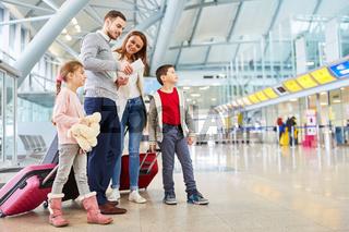 Familie und Kinder fliegen zusammen in den Urlaub