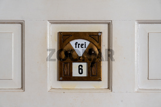 Tür zu einer Badezelle in der Jugendstilanlage Sprudelhof