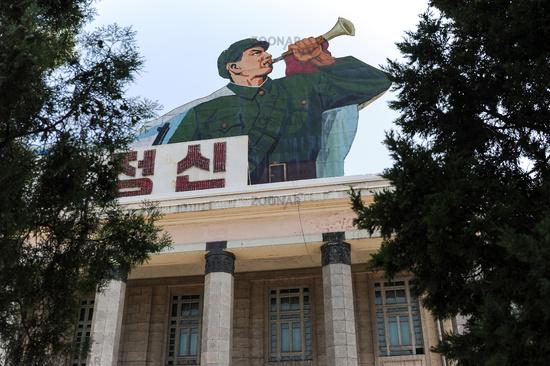 Pjoengjang, Nordkorea, Propagandaplakat Fanfarenspieler am Kim Il-Sung-Platz