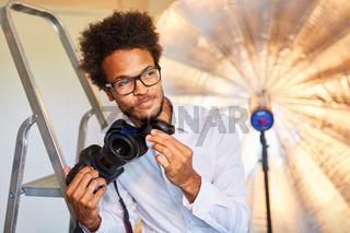 Fotograf oder Fotoassistent bei Objektivreinigung
