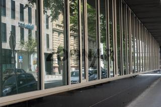 Spiegelnde Fassade in einem Bankenturm