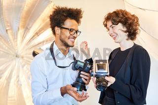 Fotostudenten diskutieren Kamera Qualität im Vergleich