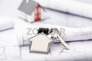 Baupläne und Haus als Schlüsselanhänger