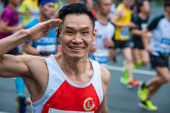 Chinese athlete saluting at the Chengdu marathon