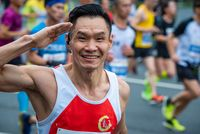Chinese athlete saluting at the Chengdu marathon
