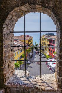 Blick vom Castello Scaligero auf die Altstadt von Sirmione am Gardasee, Brescia, Lombardei, Italien