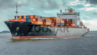 Containerschiff in Fahrt auf der Elbe bei Hamburg