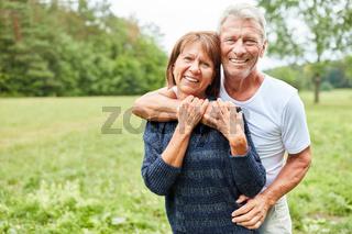 Senioren Paar umarmt sich verliebt