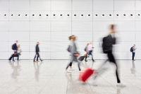 Geschäftsleute auf Reisen in Halle vom Flughafen