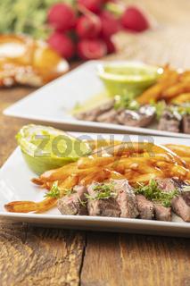 Scheiben eines Steaks mit Pommes frites