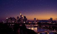 Frankfurt am Main Skyline nachts mit Sternen