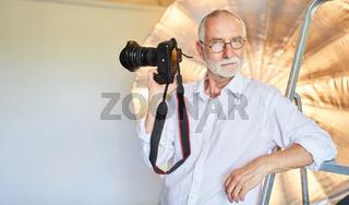 Senior als cooler professioneller Fotograf