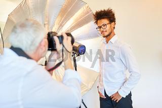 Mann als Model im Fotostudio beim Fotoshooting