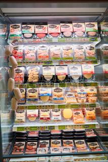KÖLN, OKTOBER 2019: Veganer Käse und Wurst von Veggiworld