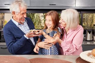 Enkeltochter teilt ihr Brot mit dem Großvater