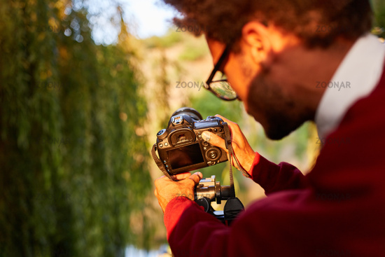 Naturfotograf befestigt Kamera auf dem Stativ