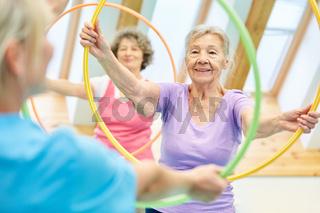 Senioren in einem Krankengymnastik Kurs
