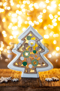 Froehlicher kleiner Weihnachtsbaum
