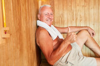 Best Ager mit Daumen hoch in der Sauna