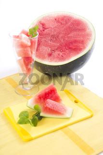 Wassermelone auf Schneidebrett