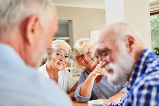 Zwei Senior Männer im Gespräch im Seniorenheim