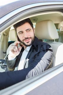 Mann telefoniert beim Autofahren