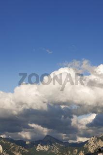 Wolken über dem Gipfel vertikal