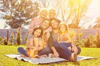 Erweiterte Familie mit drei Generationen im Garten