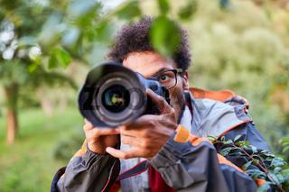 Fotograf beim Fotografieren in der Natur