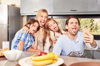 Eltern und Kinder strecken die Zunge heraus