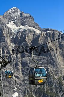 Kabine der Gondelbahn Grindelwald-First vor dem Wetterhorn, Grindelwald, Berner Oberland, Schweiz
