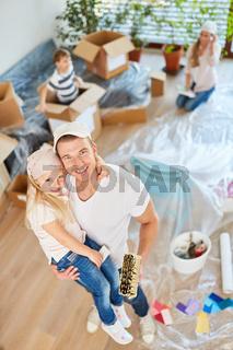 Glücklicher Vater malert zusammen mit Tochter