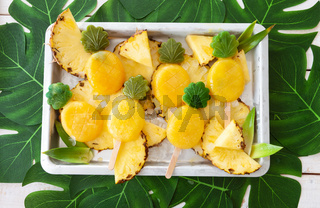 Leckere Ananas Eis am Stiel