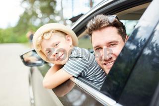 Vater und Sohn im Auto vor der Reise