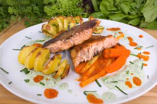 gegrillter Lachs mit Kartoffeln und Gemüse