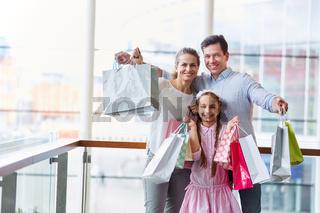 Familie und Kind mit vielen Einkaufstüten