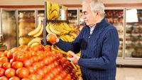 Kunde beim Einkaufen von frischen Bio Tomaten