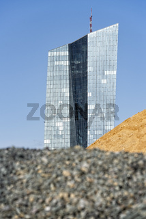 EZB mit Sand- und Schotterhalden