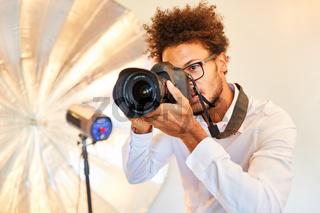 Fotograf beim Fotoshooting mit digitaler Kamera