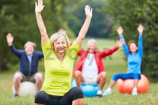 Aktive Seniorin macht eine Rückenübung