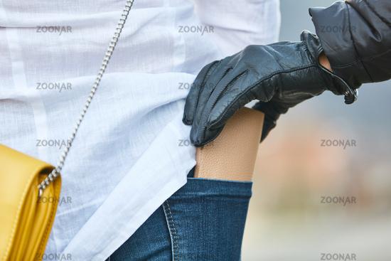 Dieb beim Stehlen von Brieftasche aus Hose