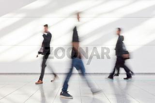 Anonyme Geschäftsleute gehen in Büro oder Messe