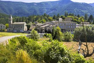 Dorf Savoillan mit Berglandschaft
