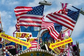 Flaggen der USA auf einem Jahrmarkt