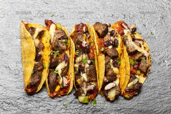 Tacos mit Rindfleisch auf Schiefer