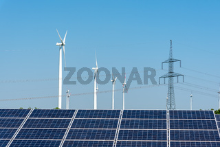 Strommasten, Solaranlagen und Windräder