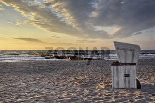 Strandkorb mit Blick in den Sonnenuntergang