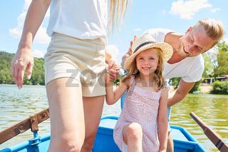 Mädchen macht eine Bootstour mit den Eltern